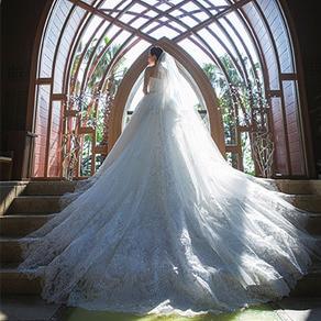 バージンロードに映えるトレーンが美しいオートクチュールのドレス