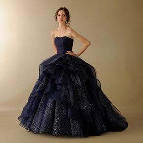 チュールの重なりが印象的!シックなのに華やかな大人花嫁にピッタリのドレス