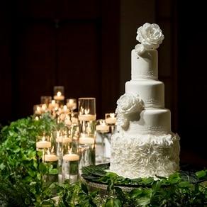 繊細でいて凛と華やか。ドレス姿の花嫁に着想を得たアートなウエディングケーキ