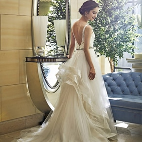 贅沢にレースを使ったふんわり軽やかなラインで天使のように清らかな花嫁に
