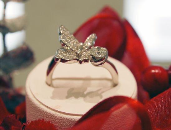 カフェリングより、蝶が羽ばたく新作プラチナジュエリー「Papillon24」が登場