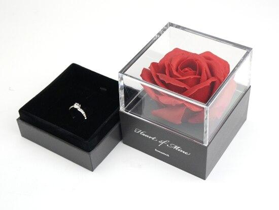 ロマンティックな瞬間! バラの香り漂うジュエリーボックスでプロポーズ