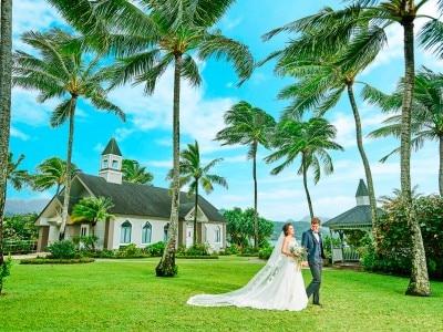 20ffb90a2d193 ワイキキ中心部より車で約45分、美しい海に面したハート型の湖「カハルウ・フィッ シュポンド」湖畔に佇むチャペル。チャペルの名前はハワイ で有名…(続きを見る)