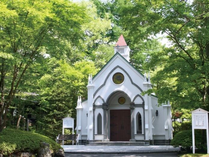 軽井沢の森に佇むクラシカルチャペルは、日頃から写真映えスポットとして親しまれる。
