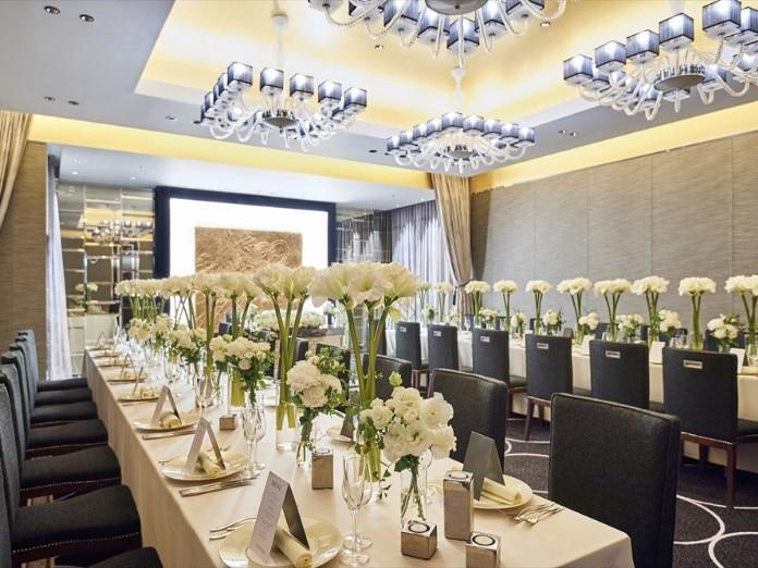 9eecdfd4fa528 「着席で120名まで収容可能な白一色に包まれたチャペルや、専用オープンテラス付きの披露宴会場など館内はどこも広々としていて、開放感にあふれています。