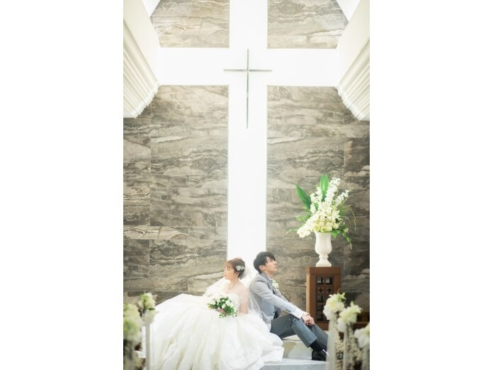 079000f20ceb2 祭壇ではステンドグラスから差し込む清らかな光が、新しく夫婦になるふたり