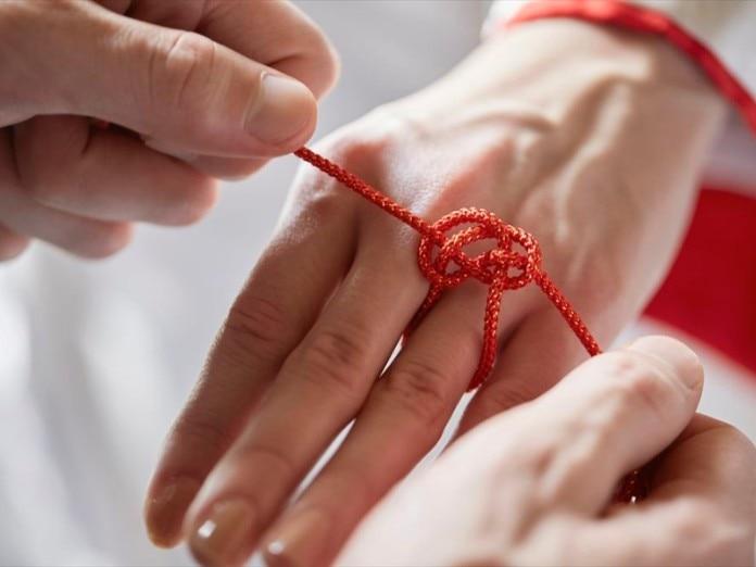 運命の赤い糸ショット