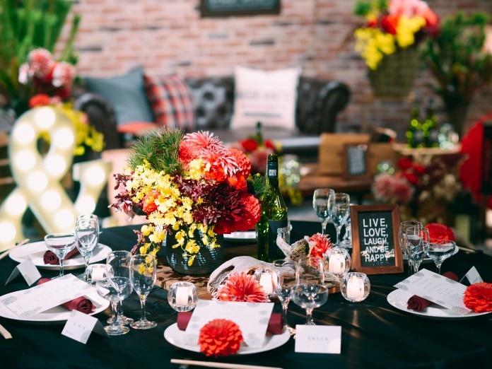 卓上には赤い花々が目を引く 個性的なフラワーアレンジメントで 和を表現<br>【披露宴】ルミネスタ/着席~90名(和モダン・和ブルックリンスタイル)